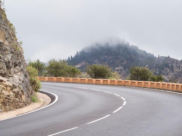 Vista frontal de una autopista vacía