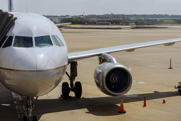 Vista frontal del avión aterrizado en una terminal del aeropuerto internacional john f. kennedy