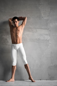 Vista frontal del bailarín de ballet masculino posando