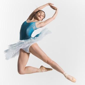 Vista frontal de la bailarina bailando en un tutú
