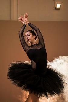 Vista frontal de la bailarina posando con confianza.