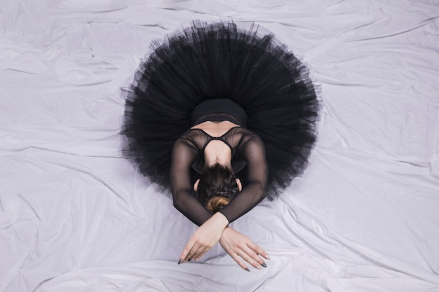 Vista frontal de la bailarina sentada.
