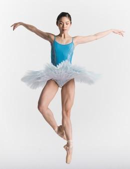 Vista frontal de la bailarina en tutú bailando