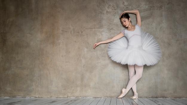 Vista frontal de la bailarina con vestido tutú y copia espacio