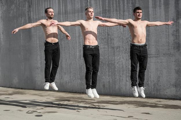 Vista frontal de bailarines de hip hop sin camisa