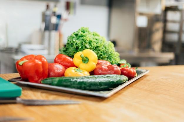 Vista frontal de la bandeja con verduras frescas