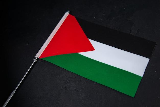 Vista frontal de la bandera de palestina en el negro