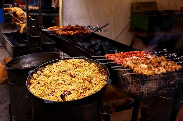 Vista frontal barbacoa y comida para la cena.