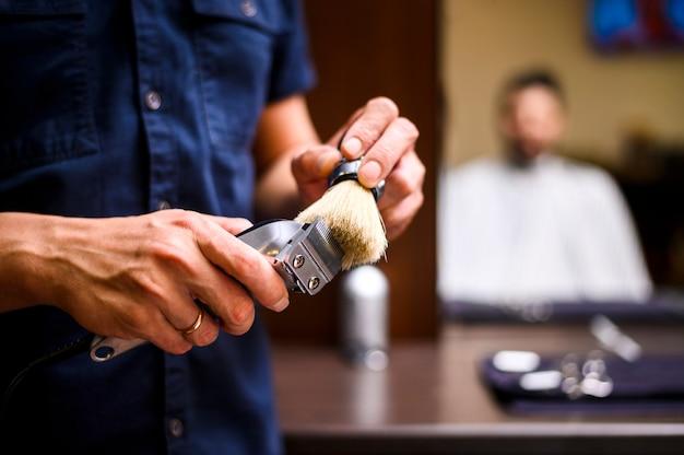 Vista frontal barbero máquina de afeitar de limpieza