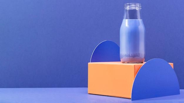 Vista frontal batido azul en botella con espacio de copia