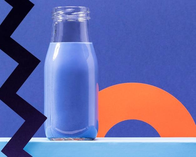 Vista frontal batido azul en botella