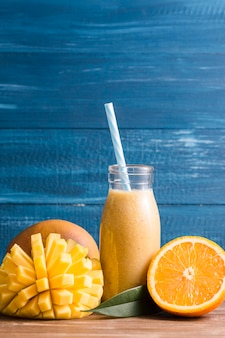 Vista frontal de batido de mango y naranja