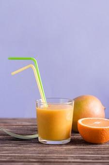 Vista frontal batido de vidrio con mango y naranja