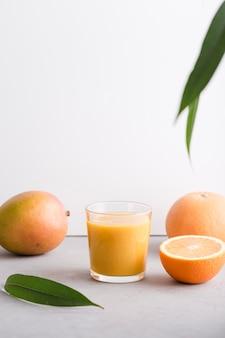 Vista frontal batido de vidrio con naranja y mango