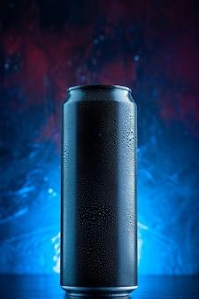 Vista frontal de la bebida energética en lata en la oscuridad de la foto de alcohol de bebida azul