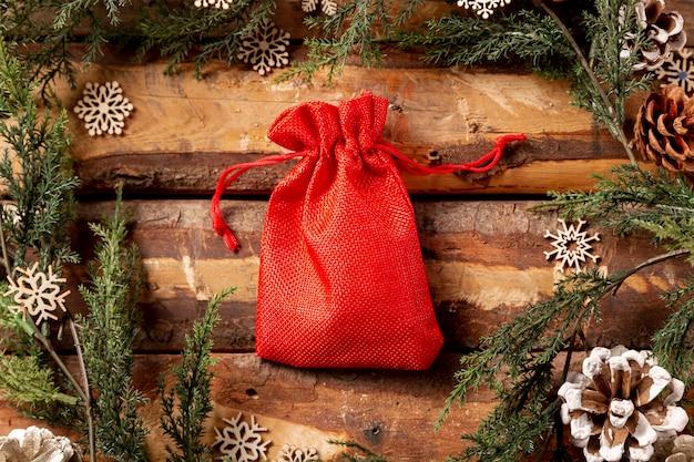 Vista frontal bolsa roja en mesa de madera