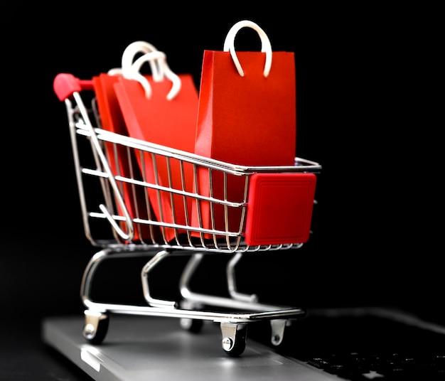 Vista frontal de las bolsas de la compra en el carro para el cyber monday