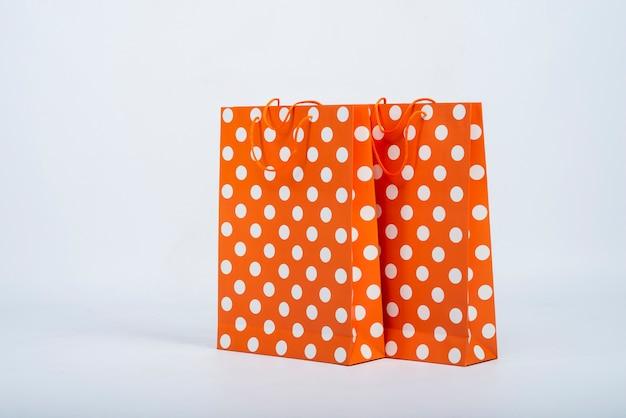 Vista frontal de bolsas naranjas con puntos blancos