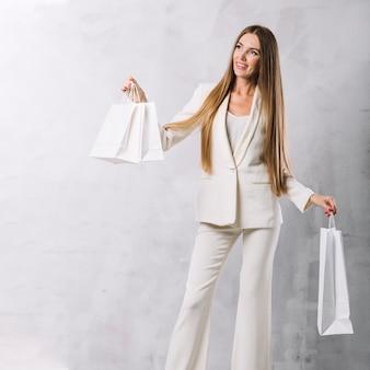 Vista frontal bonita mujer con bolsas de compras