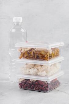 Vista frontal de la botella de agua y comida.