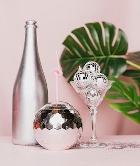 Vista frontal de la botella de champán plateado y vidrio