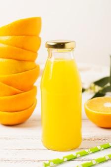 Vista frontal de la botella con jugo de naranja.