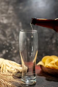 Vista frontal de la botella de oso vertiendo en el vaso sobre fondo claro