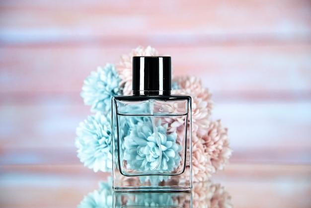 Vista frontal de la botella de perfume con flores de color beige.