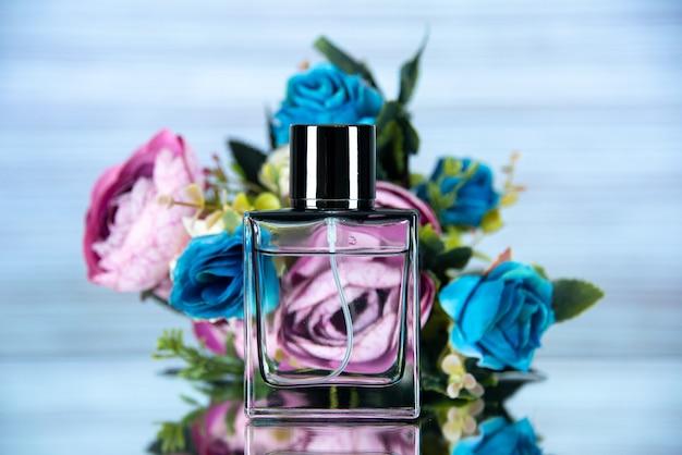 Vista frontal de la botella de perfume rectangular de flores de colores