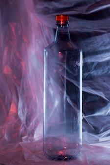 Vista frontal de la botella de plástico de basura