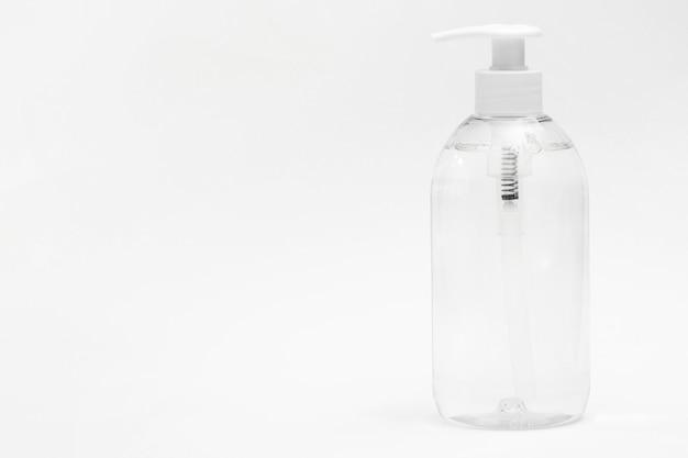 Vista frontal de la botella de plástico con jabón líquido y espacio de copia