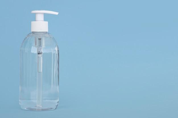 Vista frontal botella transparente de jabón líquido con espacio de copia
