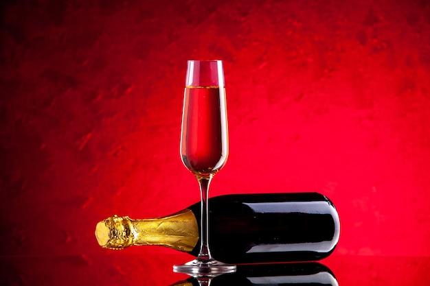 Vista frontal botella de vino volcada copa de vino