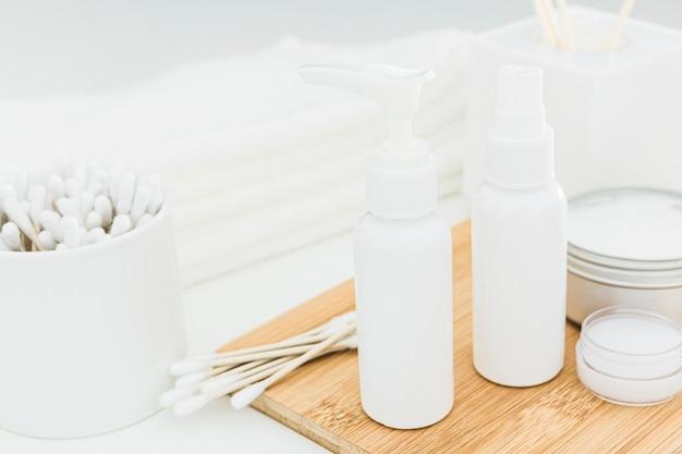 Vista frontal de botellas esenciales y crema