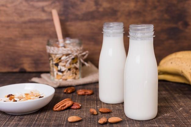 Vista frontal botellas de leche sobre la mesa