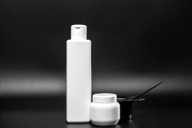 Vista frontal de botellas de plástico para tinte para el cabello