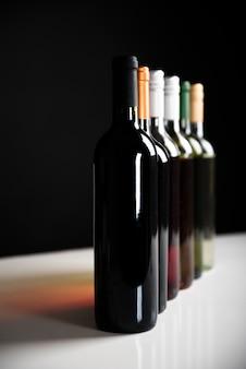 Vista frontal botellas de vino en una fila.