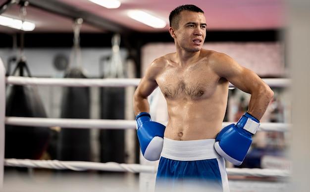 Vista frontal del boxeador masculino sin camisa