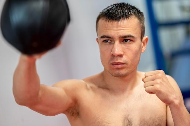 Vista frontal del boxeador masculino practicando