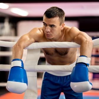 Vista frontal del boxeador masculino en el ring