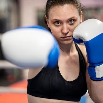 Vista frontal de la boxeadora con guantes protectores