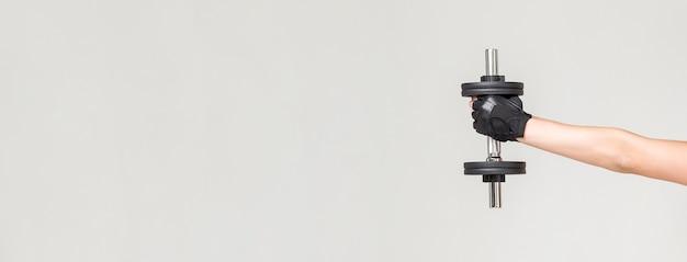 Vista frontal del brazo de la mujer sosteniendo peso con espacio de copia