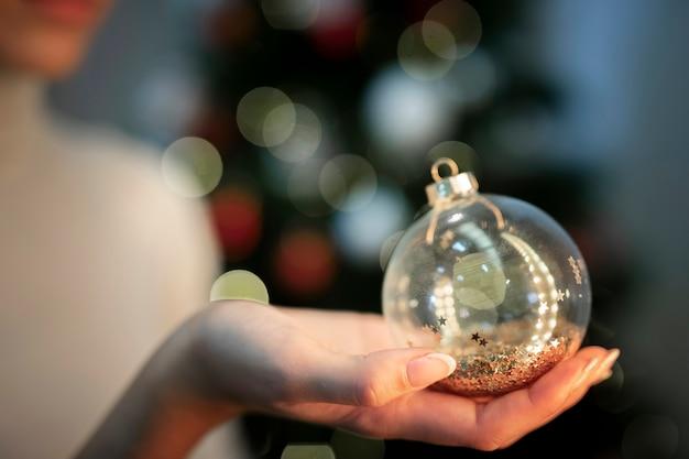Vista frontal brillante decoración del globo del árbol de navidad