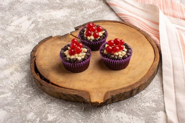 Vista frontal de brownies de chocolate con arándanos y crema