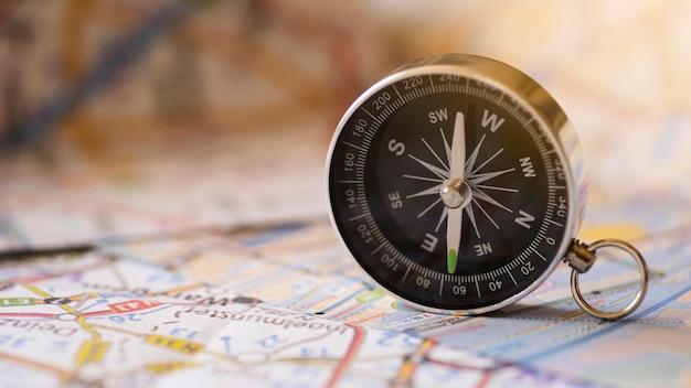 Vista frontal de la brújula y mapa de viaje.