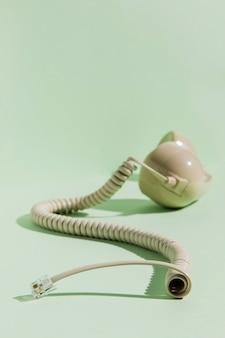 Vista frontal del cable con auricular telefónico