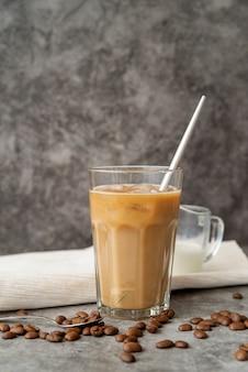 Vista frontal de café helado en vidrio