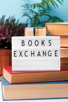 Vista frontal de la caja de luz con libros apilados