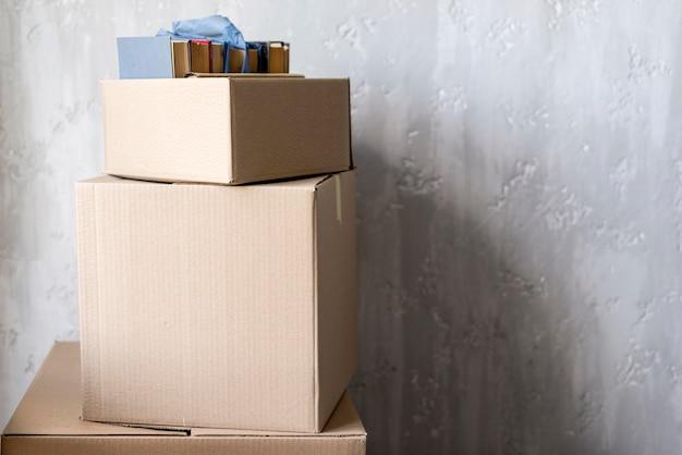 Vista frontal de cajas para mudanza con espacio de copia