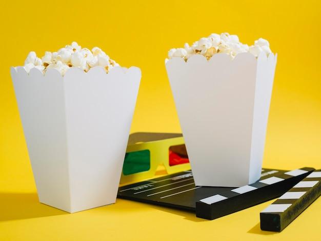 Vista frontal cajas de palomitas de maíz saladas sobre la mesa